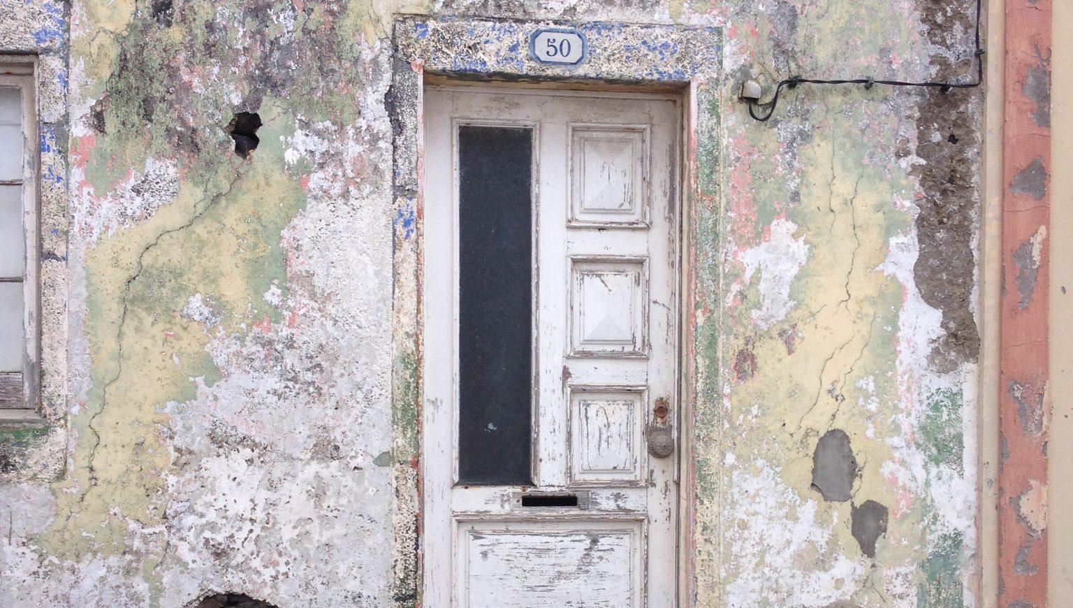 Een deur met een heel leven achter zich